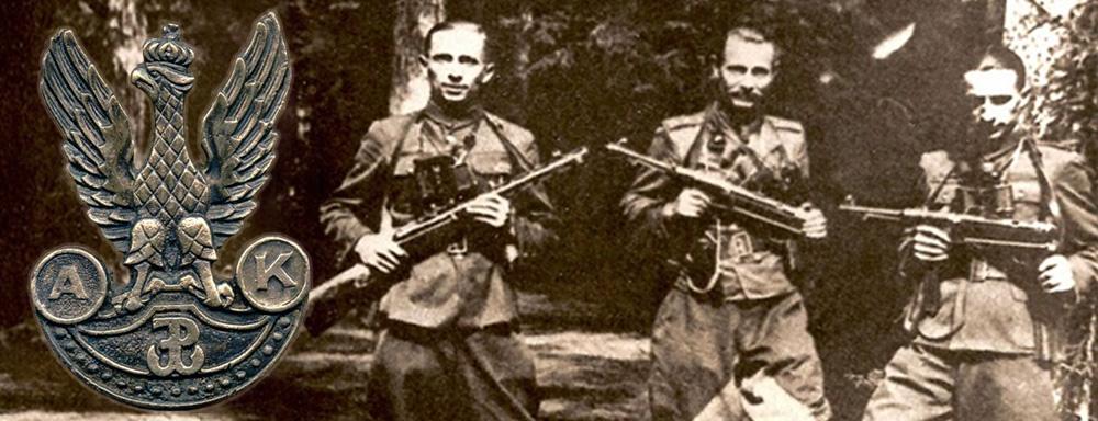 """Fotografię wykonano w rezwrwacie Jata, późną wiosną 1944 r. . Od lewej: por. W. Kamola """"Dysk"""", wachm. R. Borken-Hagen """"Saba"""" i por. P. Nowiński """"Paweł""""."""