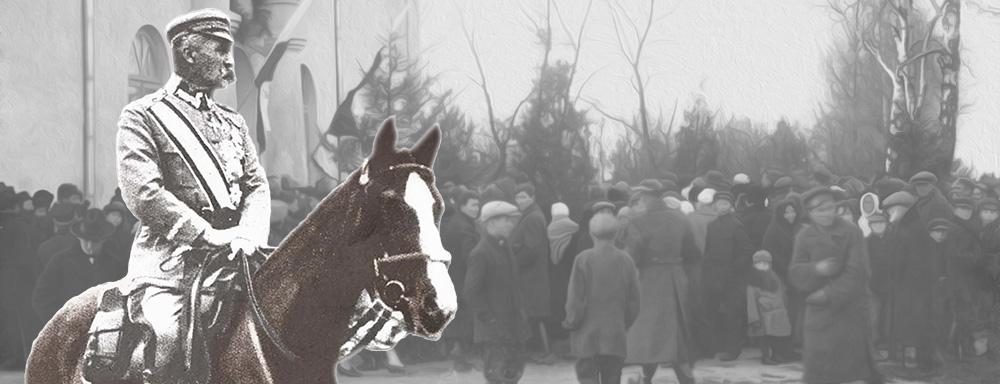 Marszałek józef Piłsudski na koniu. W tle fotografia z uroczystości otwarcia Szkoły Powszechnej nr 3 w Łukowie.