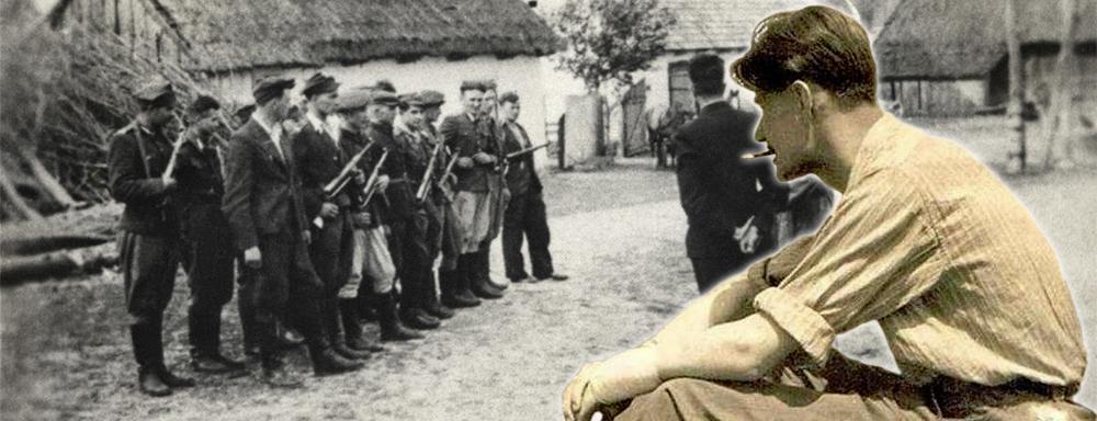 """Na pierwszym planie por. Piotr Żudrak """"Tadeusz"""", w tle odprawa Oddziału kpt. """"Ostoi"""" ( źródło: WBP Lublin)"""