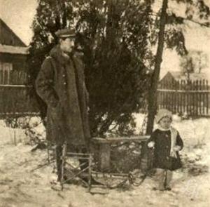 Wicepremjer (wtedy jeszcze oficer legjonowy) E. Kwiatkowski z córeczką w Łukowie w r. 1918.