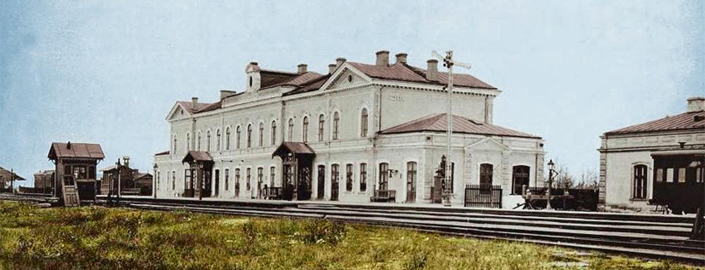 Widok na budynek dworca kolejowego w Łukowie. Fotografia wykonana przed 1915 r.