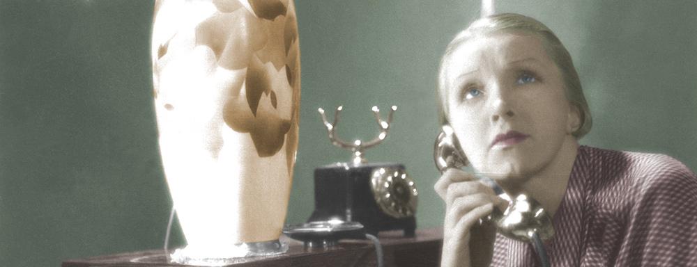 """Hanka Ordonówna w roli Rity Holm, w jednej ze scen filmu """"Szpieg w masce"""" z 1933 r. ( źródło: NAC )"""
