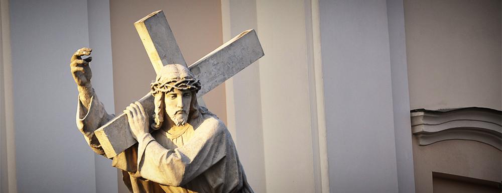 Figura Jezusa przed kościołem pw. Przemienia Pańskiego w Łukowie