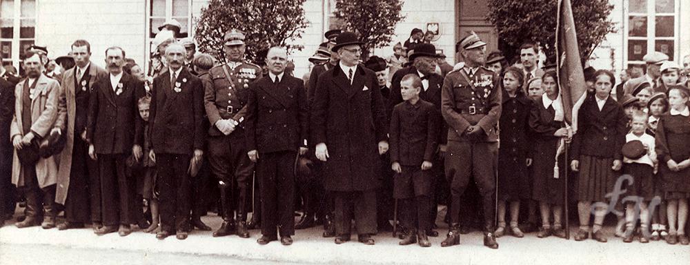 Uroczystość wręczenia 2 karabinów, 6 szabel i 120 chusteczek. 1939 r.