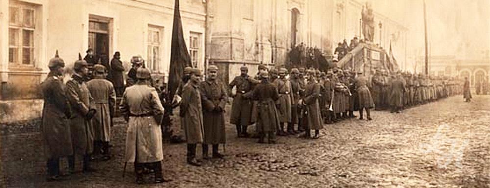Żołnierze niemieccy przed kościołem pw. Przemienienia Pańskiego w Łukowie.