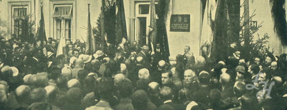 Odsłonięcie tablicy na fasadzie budynku magistratu, upamiętniające siedemsetlecie Łukowa.