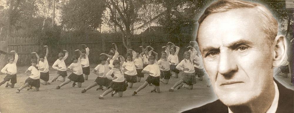Fryderyk Koziarz. W tle ćwiczące uczennice Szkoły Powszechnej nr 3