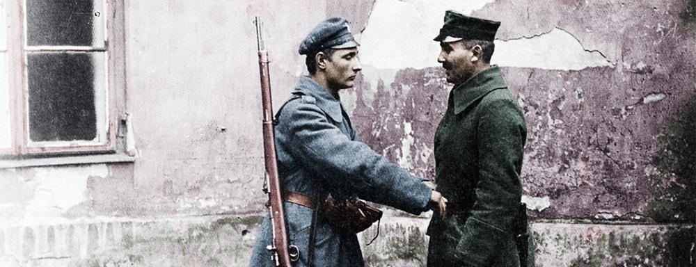 Członek P.O.W. rozbraja Niemieckiego żołnierza na ulicach Warszawy.