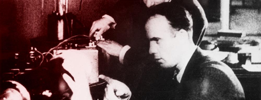 Konstanty Pietrzak i Gieorgij Fliorow podczas prac nad zjawiskiem samorzutnego rozszczepienia jądra.
